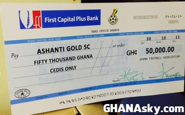 AshantiGold receive GHC50,000 cheque.